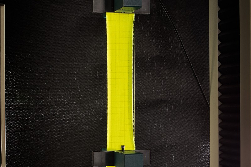 Sioen - the tensile strength of a fluorescent fabric is tested
